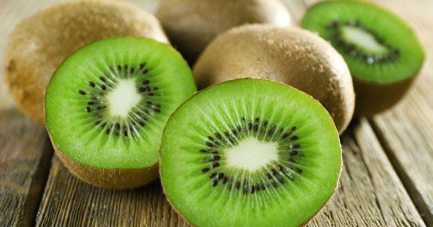 comer fruta kiwi emagrece a noite